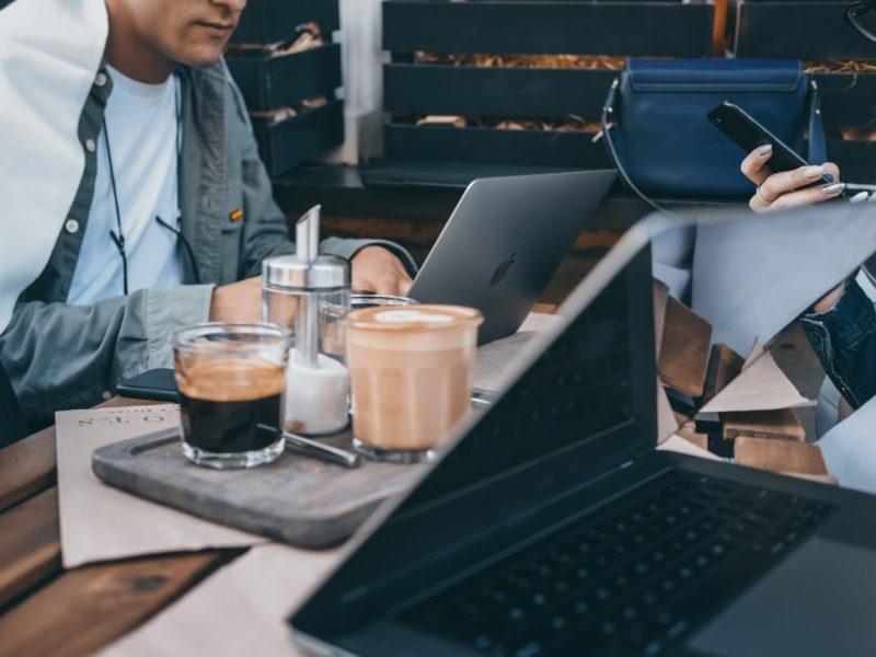 カフェでパソコン作業する男性